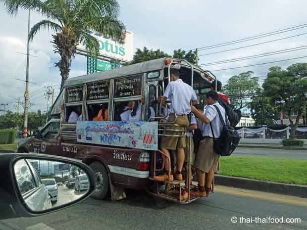 Vollbesetztes Sammeltaxi Thailand