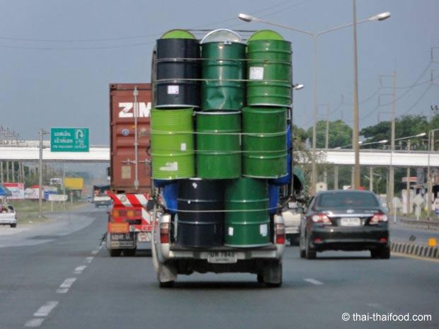 Hochgestapelte Tonnen auf einem Pickup