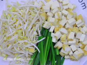gelber Tofu mit Mung Sprossen und Schnittlauch