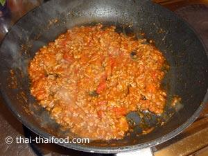 Chili Paste Zubereitung im Wok