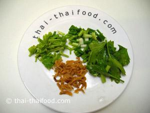Fischsuppe Zutaten thai Koriander Thai Sellerie Thai Frühlingszwiebeln und Tangchay