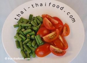 Schlangenbohnen und Tomaten