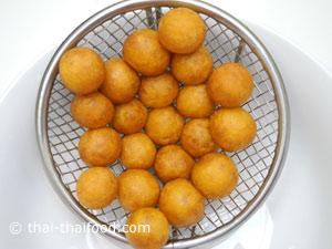 Kartoffelbällchen beim Abtropfen