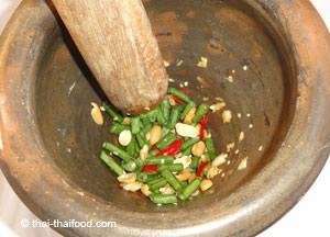 Thai Chilli zerstossen im Thai Mörser