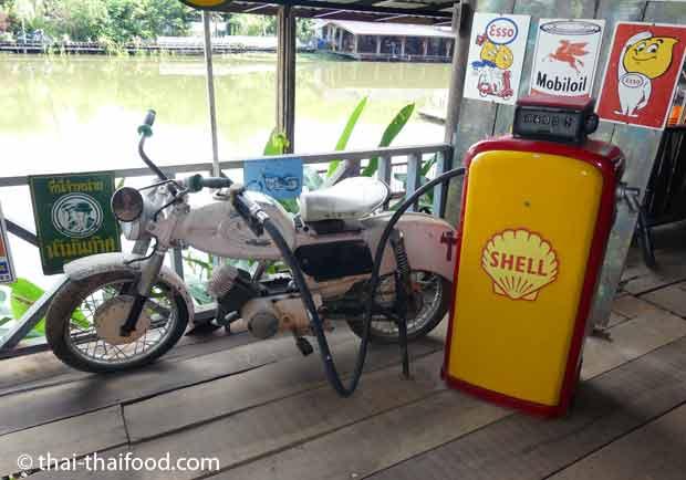 Alte Benzinzapfsäule aus Thailand