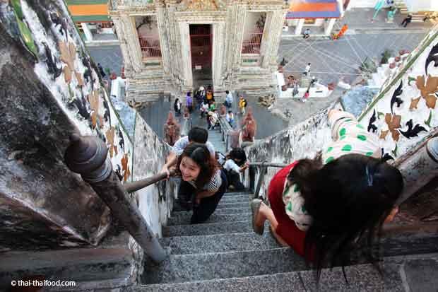 Die Treppen auf den Wat Arun Prang