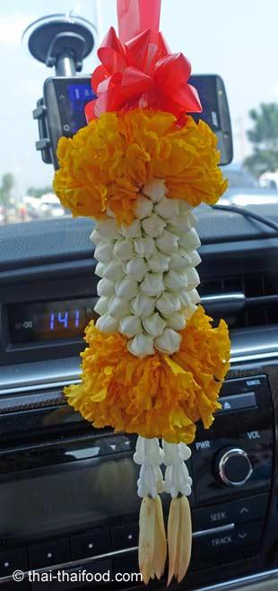 Blumen am Auto Innenspiegel