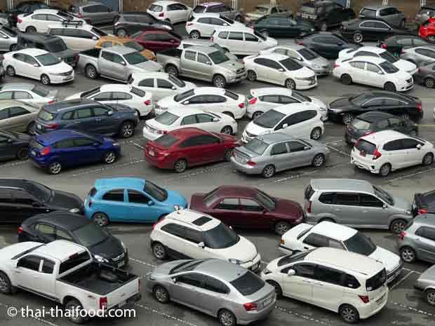 Parken auf einem großen Parkplatz