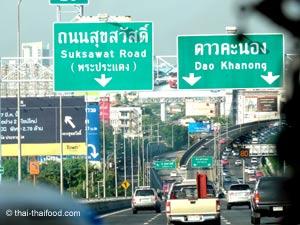 Stadtautobahn mit dem Mietwagen in Thailand
