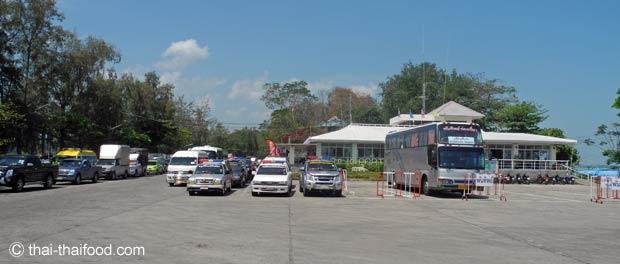 Autos warten auf die Fähre nach Koh Samui