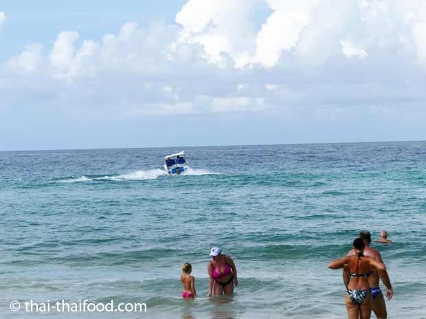 Urlauber baden am Karon Beach