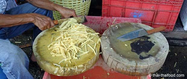 Bambussprossen schneiden am Marktplatz in Thailand