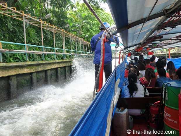 Bootsfahrt auf einem Wasserkanal in Bangkok