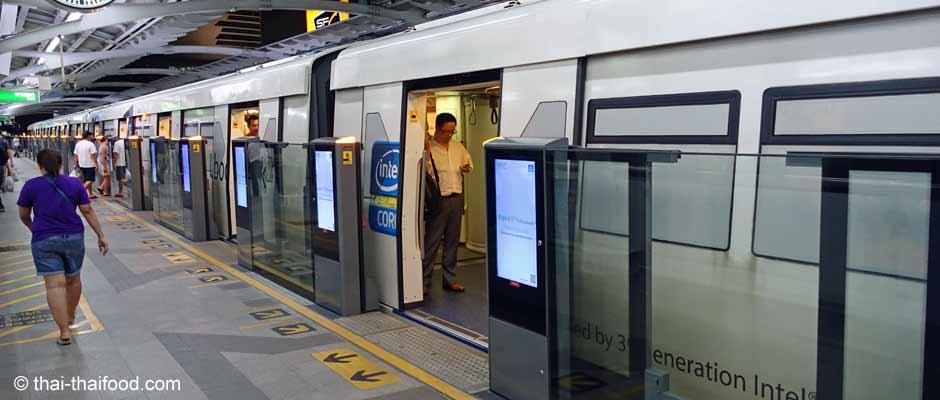 Skytrain von Flughafen BKK nach Bangkok