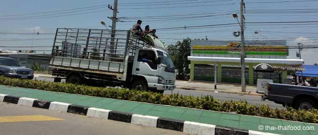 Mitfahrer auf eiem LKW