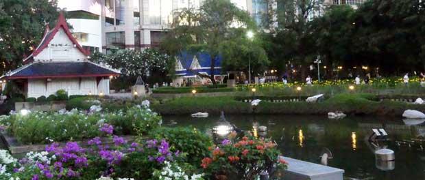 Benchasiri Park Bangkok am Abend