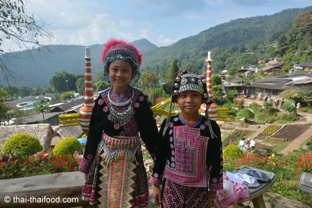 Kinder in nordthailändischer Tracht