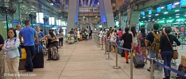 Warteschlange für ein Taxi am Flughafen BKK
