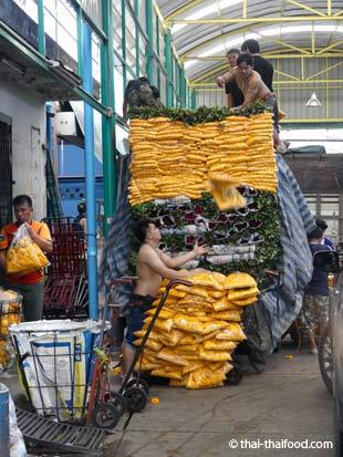 Blumen werden am Blumenmarkt Bangkok entladen