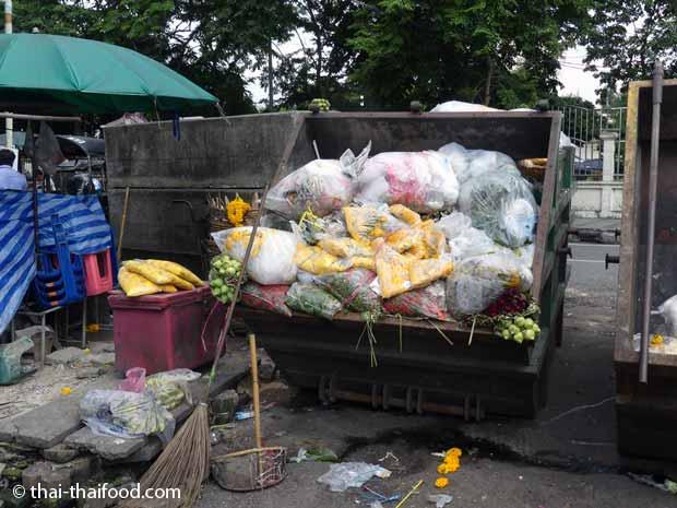 Blumenmarkt Bangkok Pak Khlong Talad - Entsorgung alter Blumen