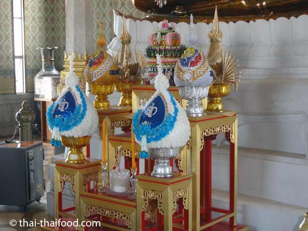 Blumengebinde Opfergaben für goldenen Buddha
