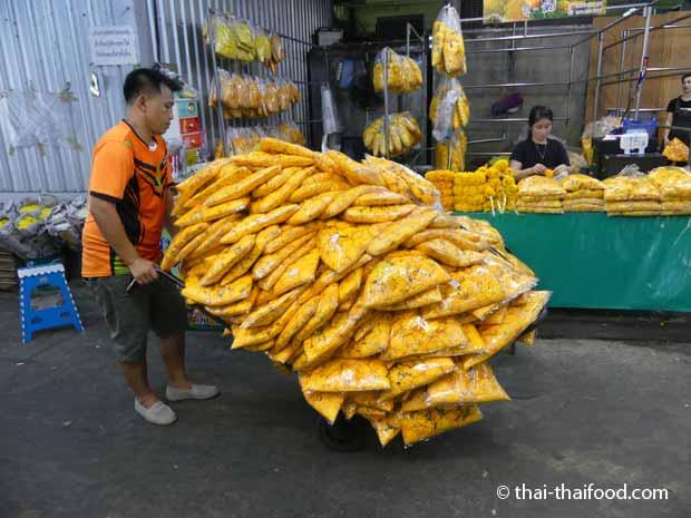 Mit Blumen überladener Sackkarren im Blumenmarkt Bangkok