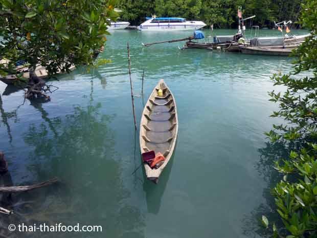Mit Wasser voll gelaufenes Boot am Bang Rong Khlong
