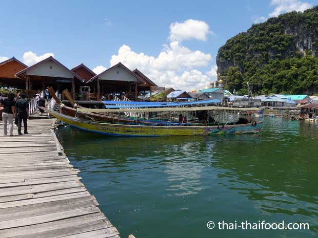 Direkt nach den Bootsstegen kommen die Restaurants für die Touristen