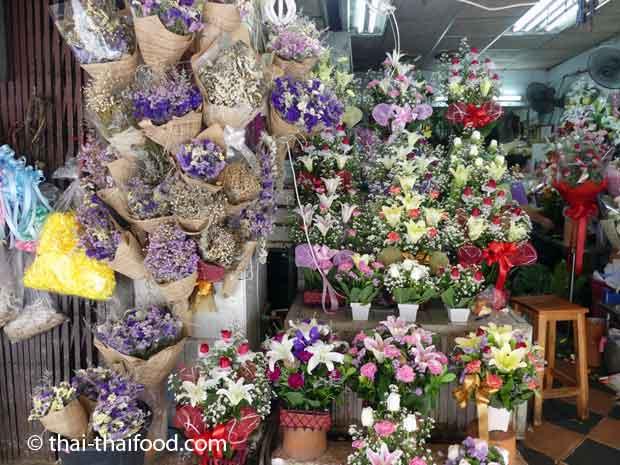 Einen Blumenstrauss im Blumenmarkt Pak Khlong Talad kaufen