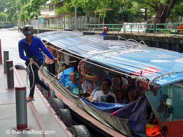 Bangkok Busboot legt am Pier an
