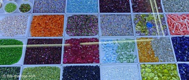 Diamanten, Glassteine und Glasperlen