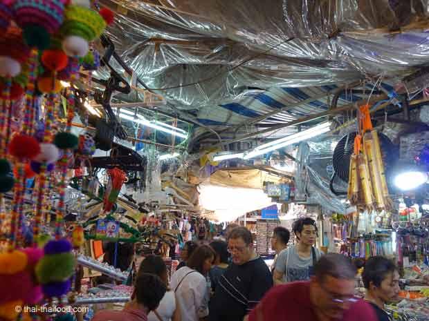 Chatutchak Markt geschützt von vielen Plastikplanen