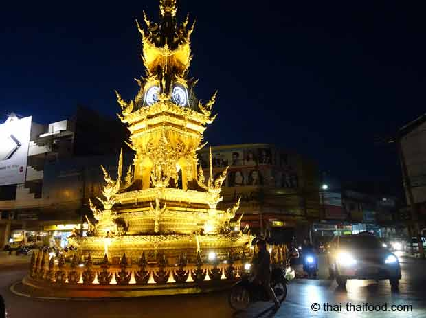 Goldener Uhrenturm in Chiang Rai