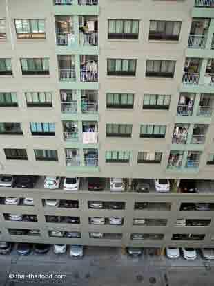 Wohnhaus in Bangkok mit Parkplätzen im Hochhaus