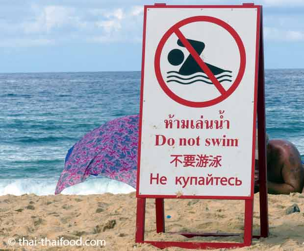 Schwimmen ist in der Regenzeit in Thailand an vielen Stränden verboten