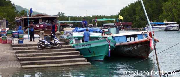 Entladen der Fischerboote am Bang Rong Pier