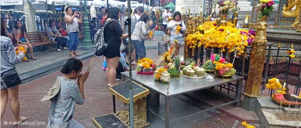 Beten und Opfergaben für Gott Brahma