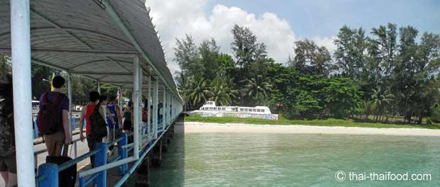 Fähre legt an auf der Insel Koh Samui