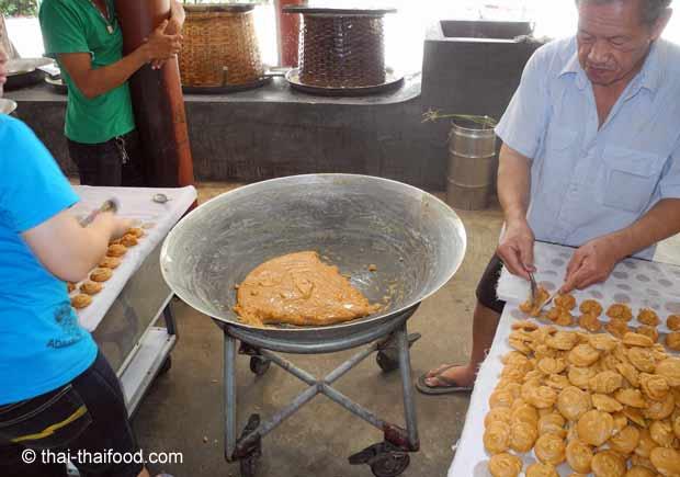 Herstellen der Palmzucker Küchlein