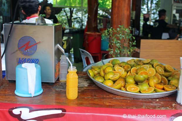 Frisch gepresster Orangensaft zum Kaufen in Thailand
