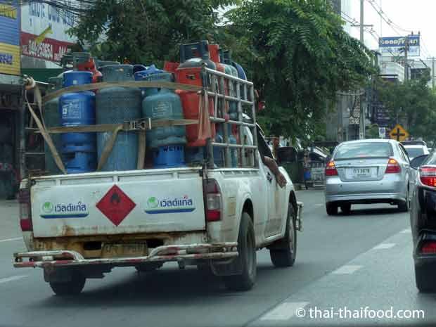 Gasflaschen Transport auf Pickup Thailand