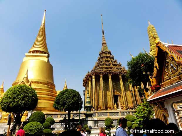 Die verschiedenen Gebäude in der Tempelanlage des Wat Phra Kaeo