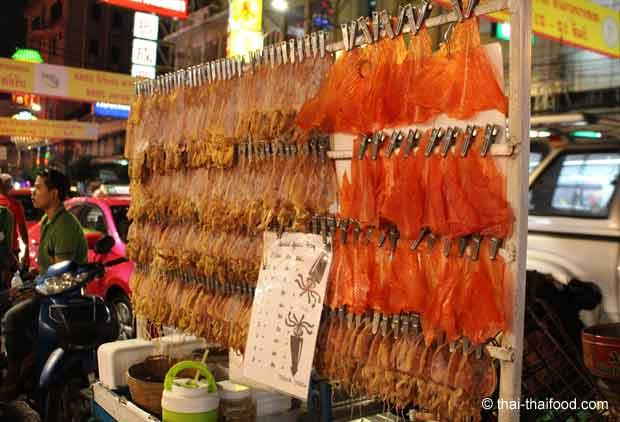 Verkauf gebratener Tintenfisch in Chinatown Bangkok