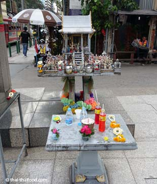 Geisterhaus mit Opfergaben in Bangkok
