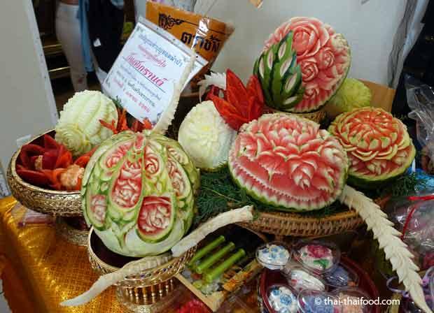 Gemüseschnitzkunst zum Songkran Fest im Wat Srinagarin