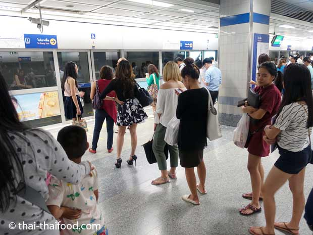 Bangkok MRT Warteschlange