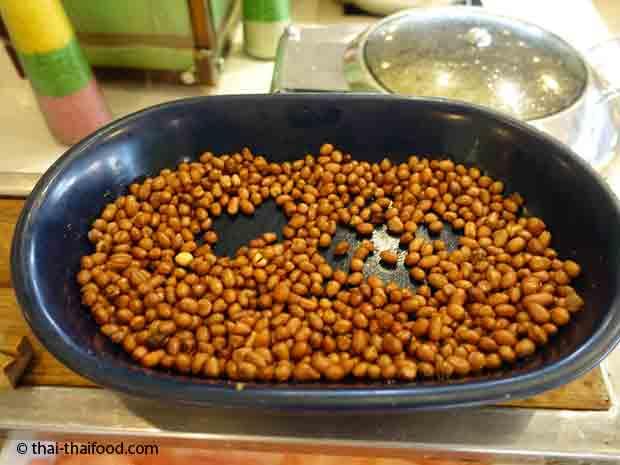 Geröstete Erdnüsse am Thai Food Buffet