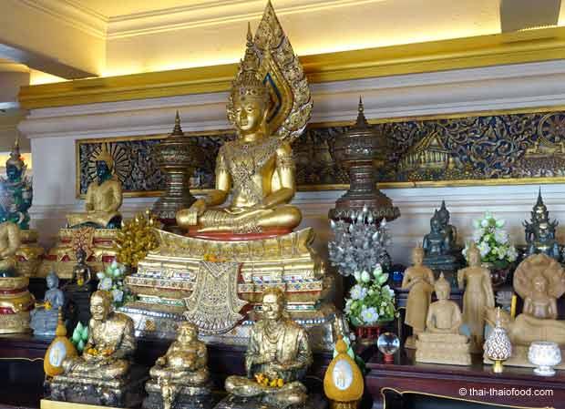 Buddha Firguren im Tempel des goldenen Berges