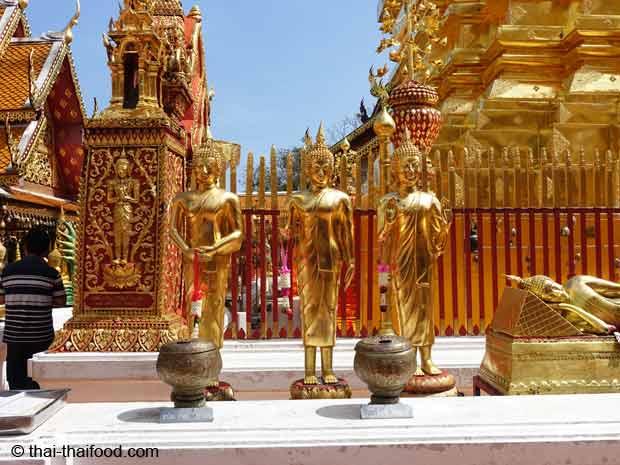 Goldene Buddhastatuen im Wat Doi Suthep