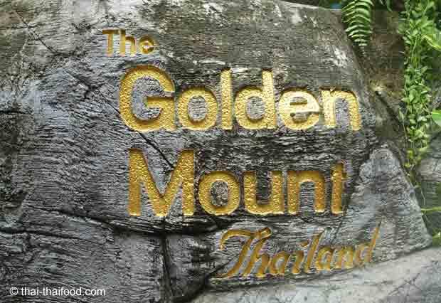 Goldene Schrift auf einem Fels am Golden Mount